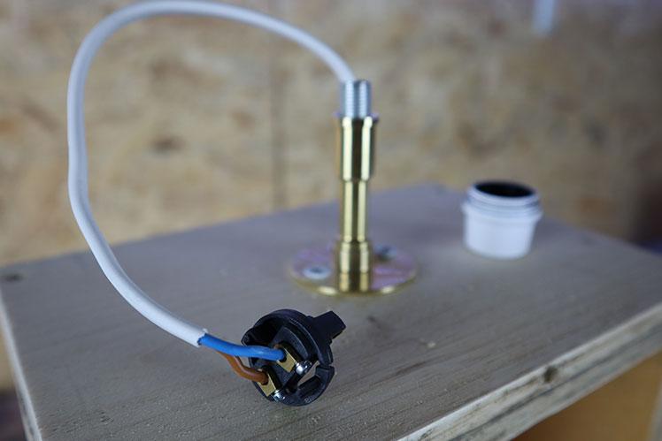 Apprendre l'électricité pour fabriquer une lampe en bois