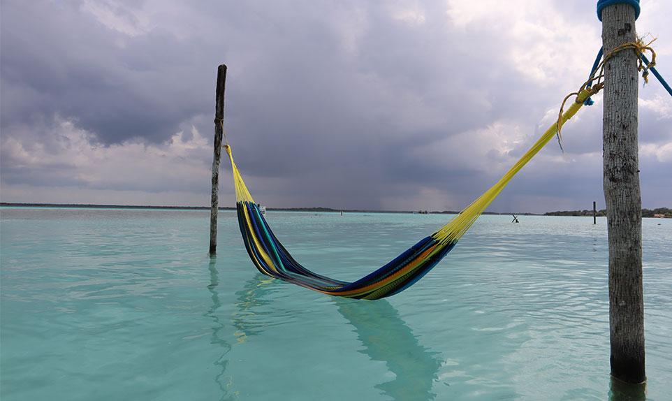Profitez des hamacs dans l'eau turquoise de la lagune aux 7 couleurs dans le Yucatán au Mexique